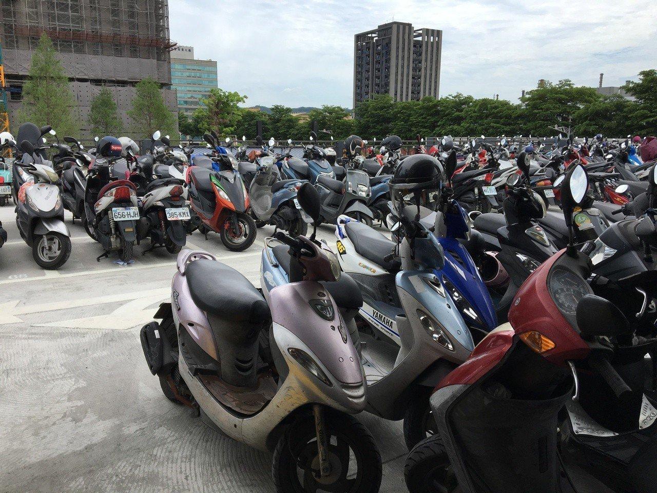 桃園經國轉運站首遇連假 機車違停人行道拖了