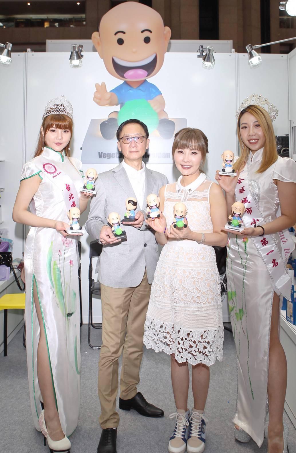 選美皇后彭琬婷(左起)、王興華、記者會主持人許聖梅、選美皇后賴韋如希望透過公仔的