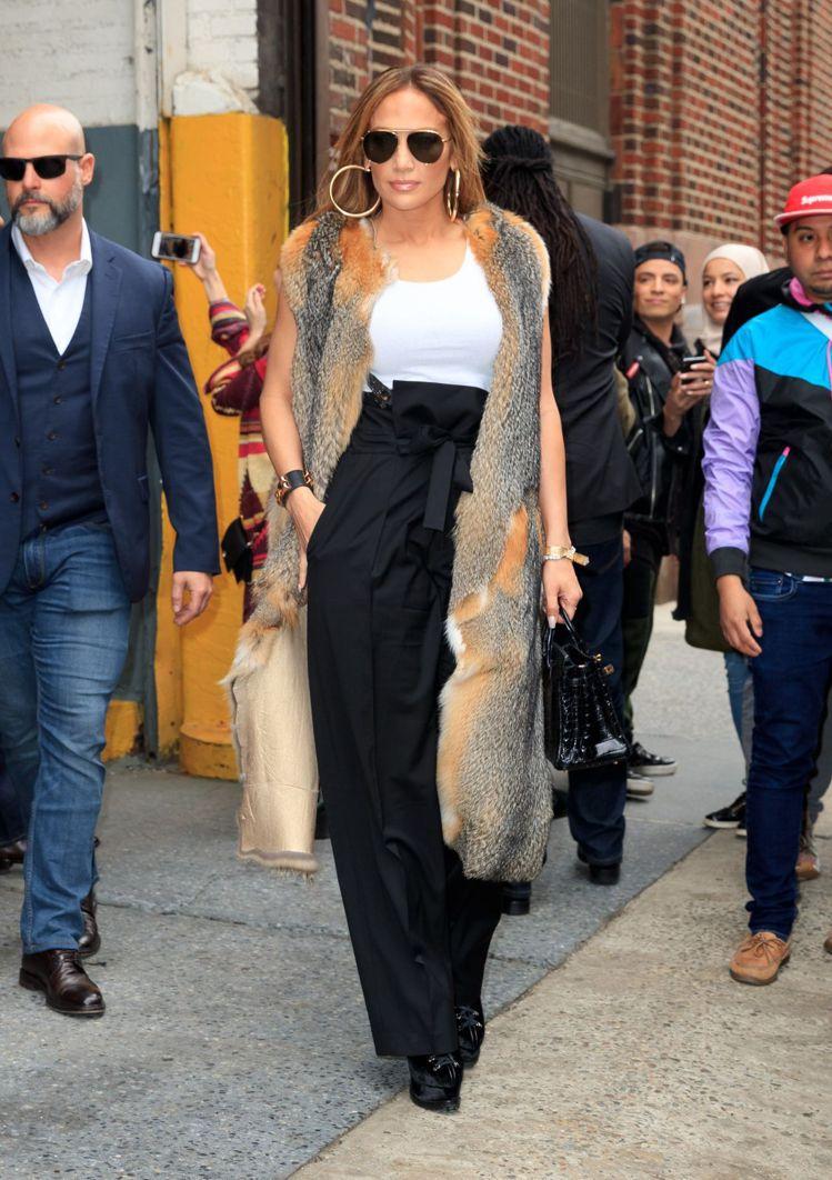 珍妮佛羅培茲穿B.C.秋冬背心式復古連身垂墜褲裝,搭襯奢華配件,全身上下就是一部...