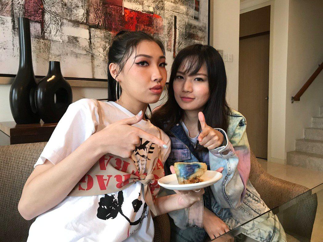 端午佳節文慧如(右)與Karencici正在馬來西亞宣傳新輯。圖/華研國際提供