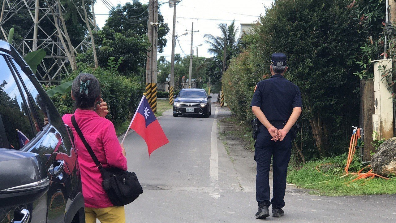 韓國瑜、傅崐萁傳出下午在傅家密會,有死忠韓粉帶國旗前往等候。記者王燕華/攝影