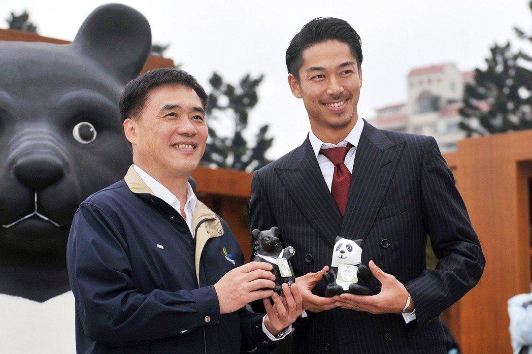 AKIRA獲贈黑熊、熊貓紙雕。圖/摘自台北市政府官網