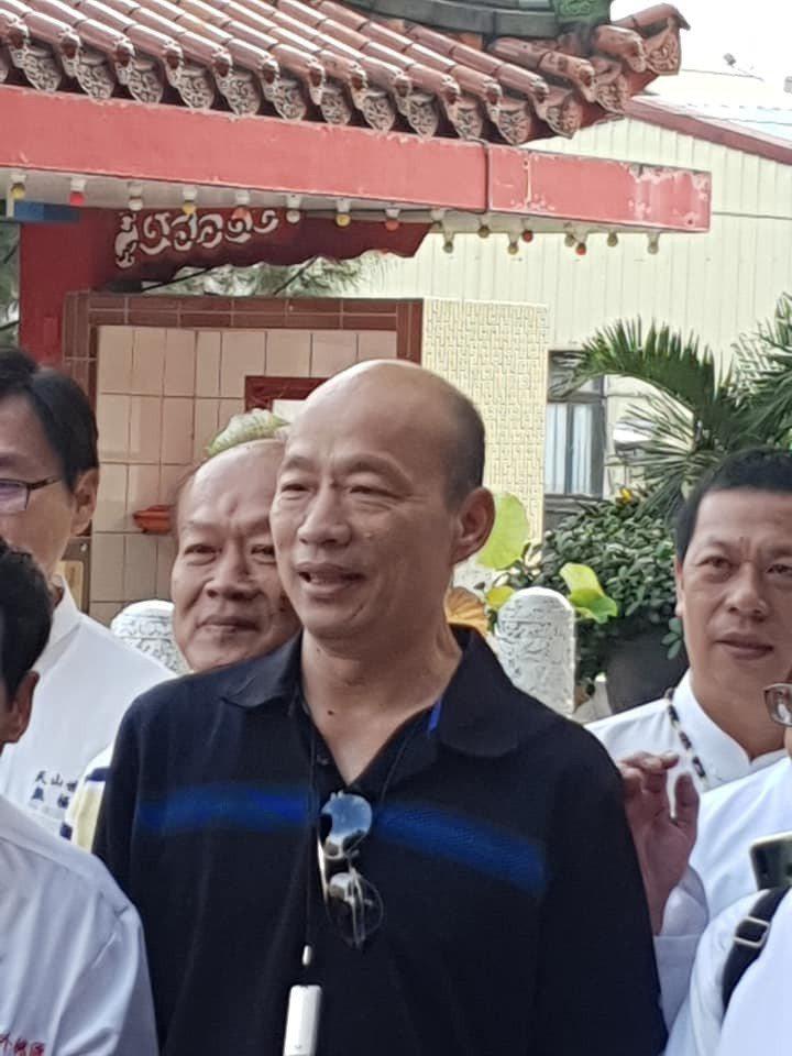 高雄市長韓國瑜被網友遇見赴勝安宮參拜王母娘娘。圖/邱致遠提供
