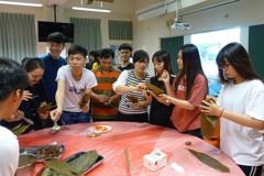 東南亞學生體驗包粽文化 驚呼「台灣粽子料好多」
