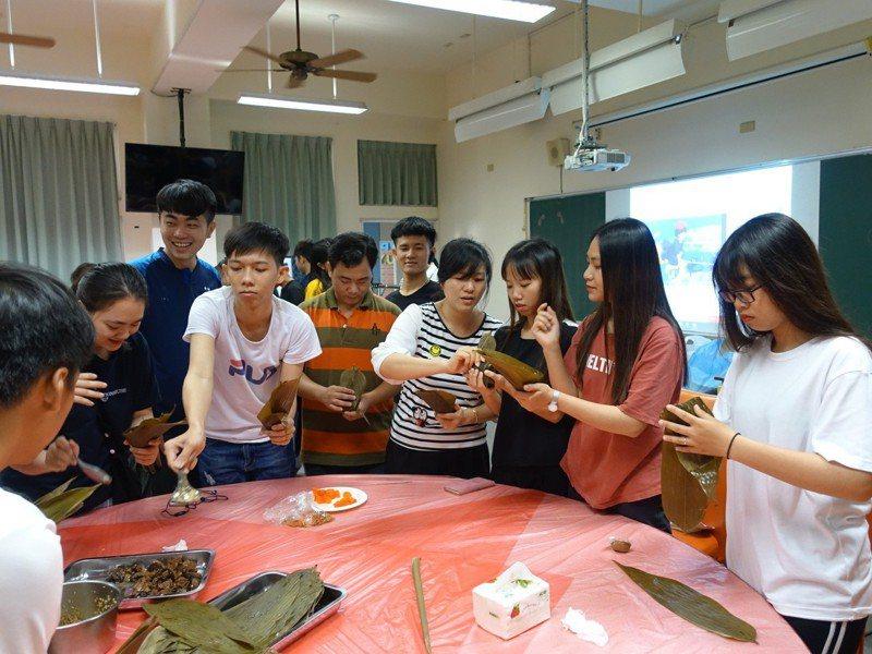 一年一度端午節,高苑科大舉辦文化體驗活動,教導外籍學生包粽子。圖/高苑科技大學提供
