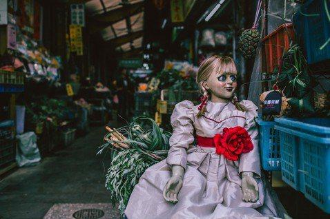 為了迎接端午節與炎炎夏季的來臨,電影公司特別選在端午節(6月7日)這一天下午,於西門町樂聲影城旁的廣場搭建華倫太太的靈異博物館拍照座,只要與安娜貝爾娃娃合影的觀眾,就有機會獲得安娜貝爾的造型香包一個...