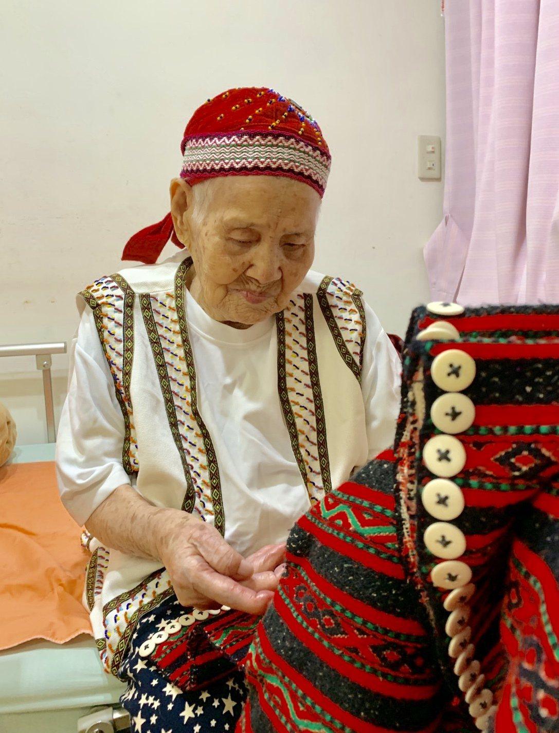 現年98歲的賽德克族人林智妹,實際上已經破百歲,她手上這件衣服,是20幾歲自己做...