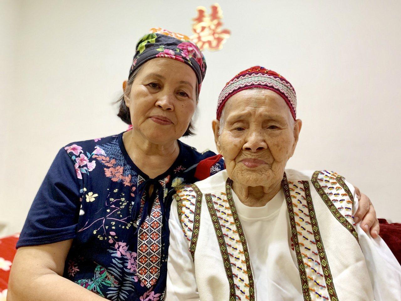 現年98歲的賽德克族人林智妹(右),實際上已經破百歲,目前和女兒林朝花(左)居住...