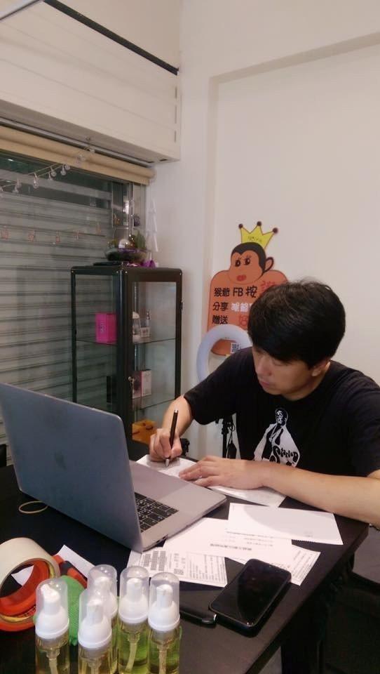 吳皓昇不拍戲時就到店內當打工小弟。圖/摘自臉書