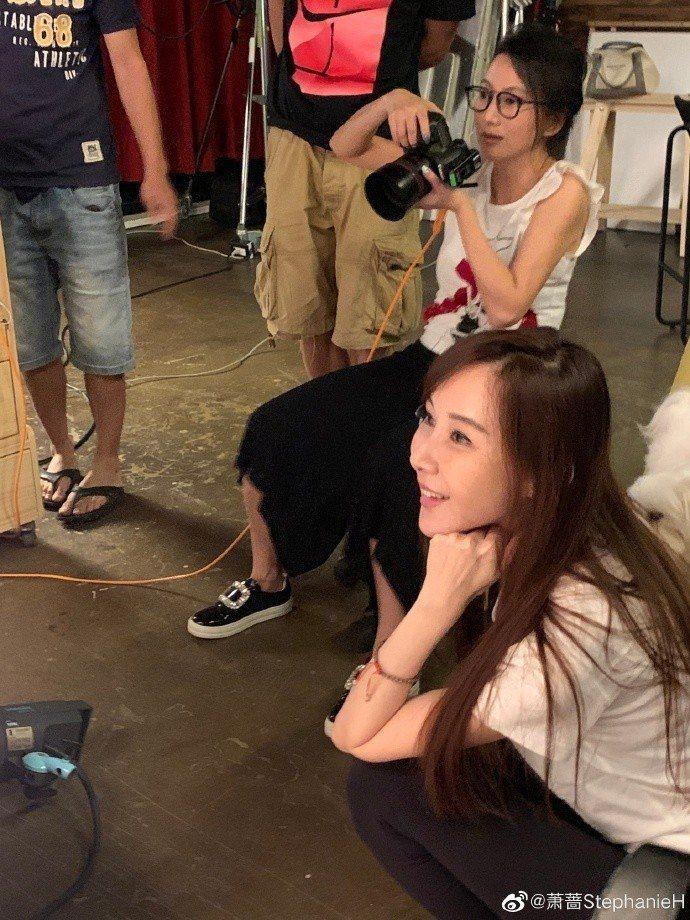 蕭薔日前特別客串攝影師好友的一日助理,輕鬆休閒打扮宛如少女。圖/摘自微博