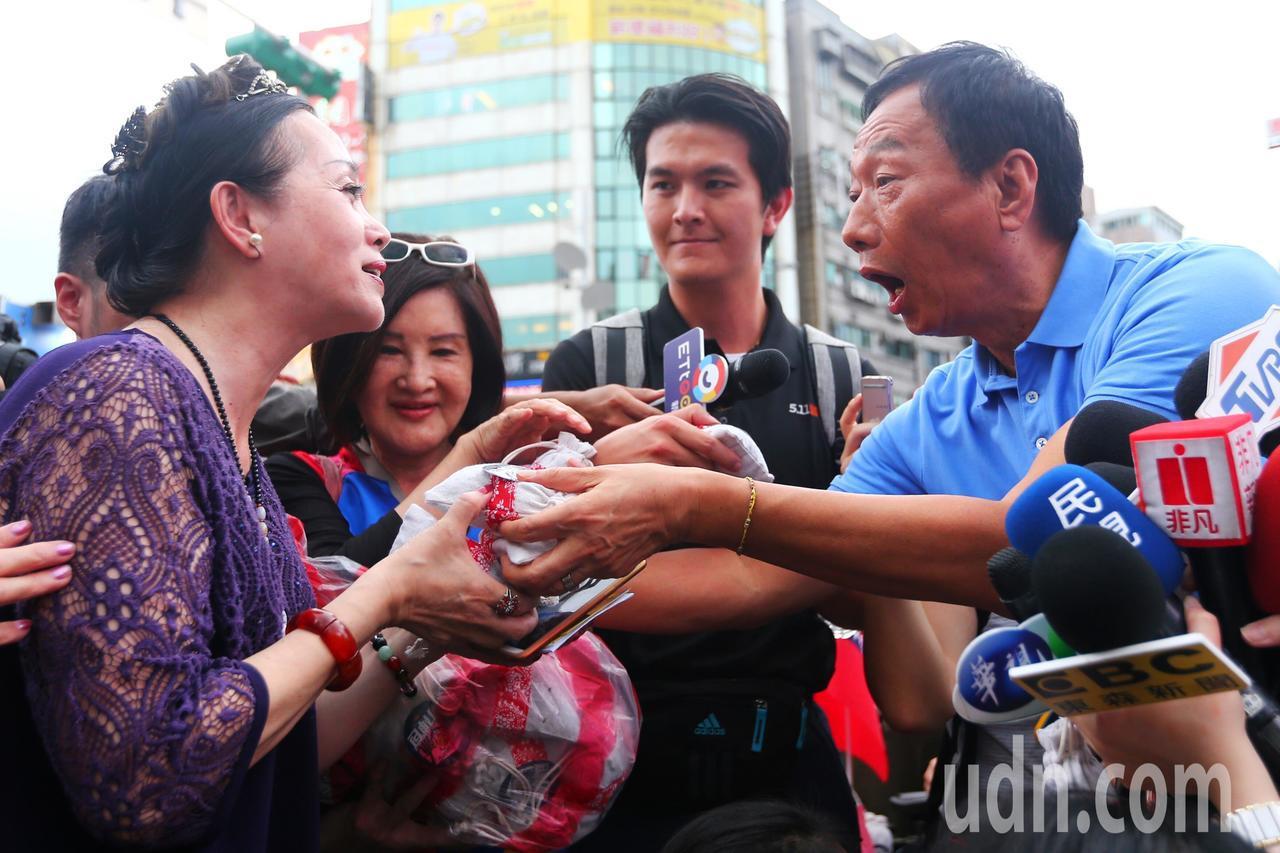 鴻海董事長郭台銘(右)傍晚到西門町發放香包,吸引大批民眾領取。記者王騰毅/攝影