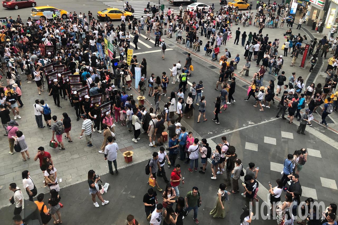 鴻海董事長郭台銘昨傍晚到西門町發放香包,吸引大批民眾排隊領取。記者王騰毅/攝影