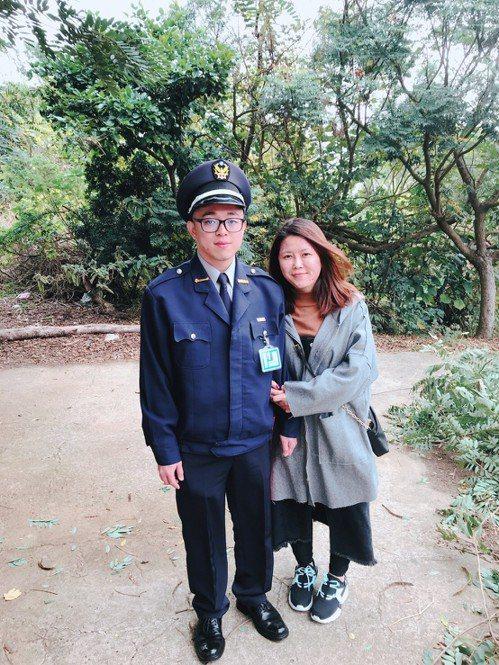 電子工程碩士畢業的鍾駿綸,因產業起薪只有28K,索性轉行當警察。右為鍾駿綸女友。鍾駿綸╱提供