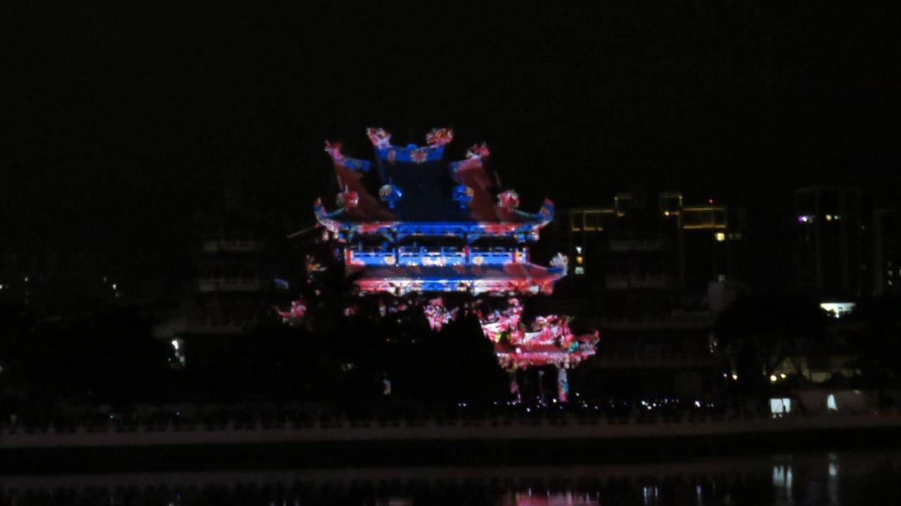 桃園市龍潭大池,端午節3天連假,有精彩刺刺激的舟賽,夜間也有3場次投射南天宮光雕...