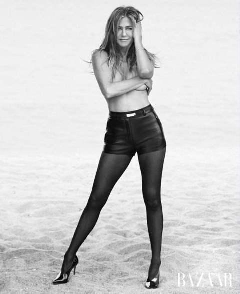 正式邁入半百後人生的珍妮佛安妮絲頓,仍然對身體極具自信,不但為雜誌拍攝上空、只用雙手略遮住胸口的清涼照,還大方坦承在拍照時「一點都不害羞」。   珍妮佛安妮絲頓始終很注意保持完美體態,勤做運動也注重...
