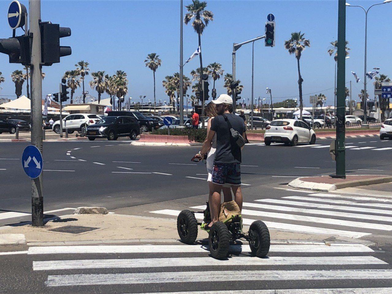 以色列特拉維夫共享電動滑板車盛行,都市及海邊時常可見遊客騎乘。記者侯俐安/攝影