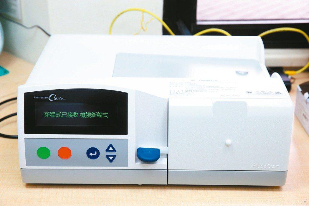 台北榮總引進新型的自動腹膜透析儀器。 記者邱德祥/攝影