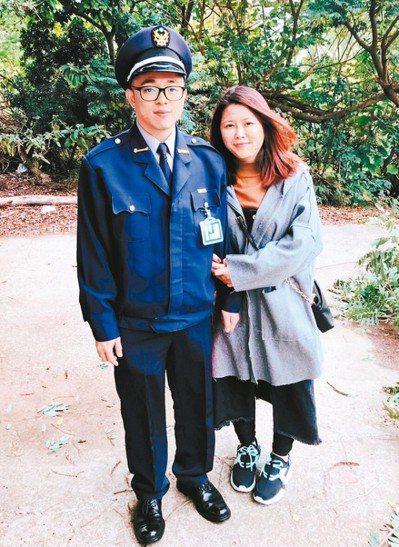 電子工程碩士畢業的鍾駿綸,因產業起薪只有28K,決定轉行當警察,圖右為女友。 圖...