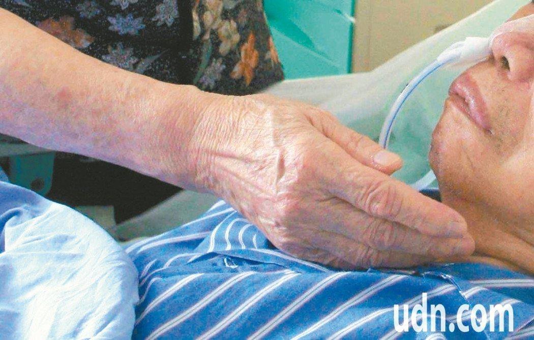 名作家瓊瑤曾因不忍丈夫平鑫濤失智插鼻胃管之苦,和繼子女隔空交火,也引發失智照護討論。據統計,全台每年約20多萬人使用鼻胃管,管餵機會更高出日本5倍以上。 圖/聯合報系資料照片