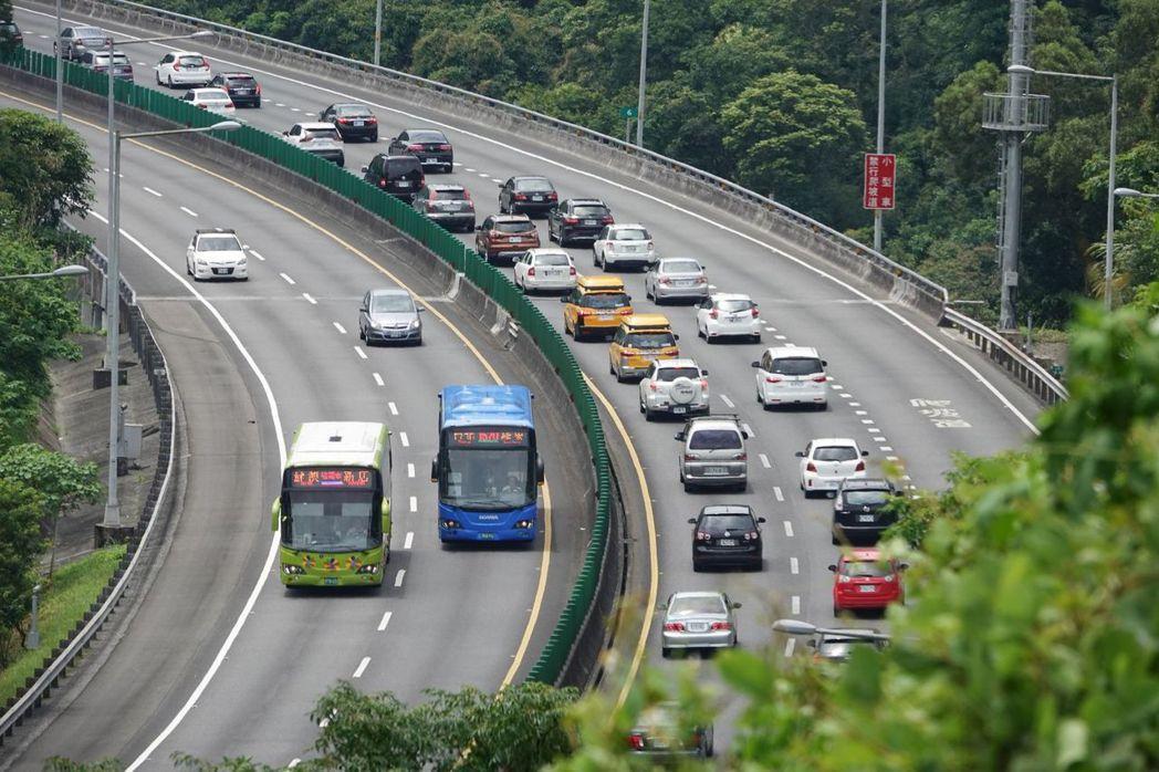 中秋連假即將到來,交通部高速公路局預估今天下午將出現首批返鄉與南下車潮。記者葉信...