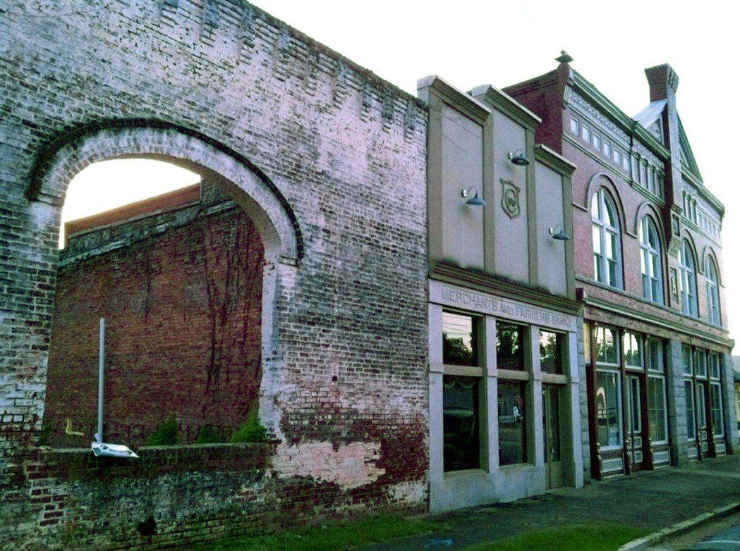 喬治亞州這棟老舊建築的磚牆和拱門成了「陰屍路」場景。(美聯社)