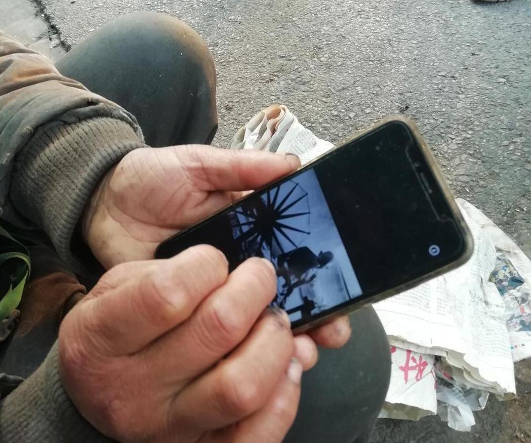 沈巍相當崇拜甘地,手機裡還存著他的照片。 圖/摘自微博