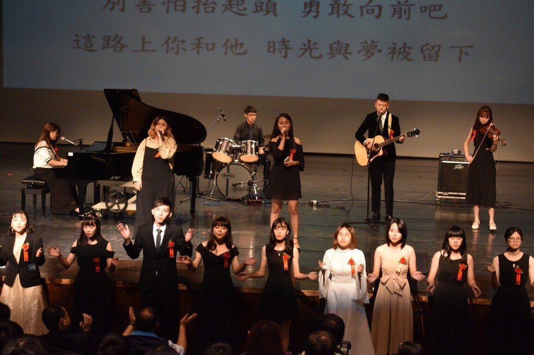 新港藝術高中今年畢業歌於畢業典禮的演出。 圖/劉均怡提供