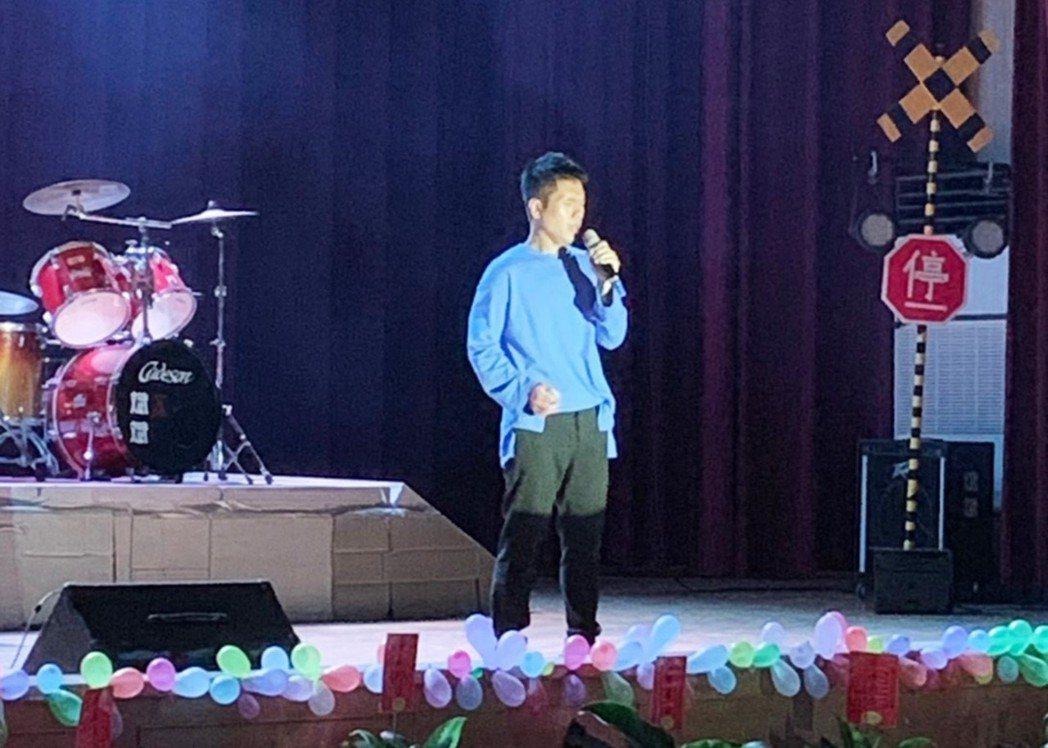 台東高中6月5日舉辦第73屆畢業典禮,請來傑出校友金曲歌手舒米恩為畢業學弟獻唱畢...