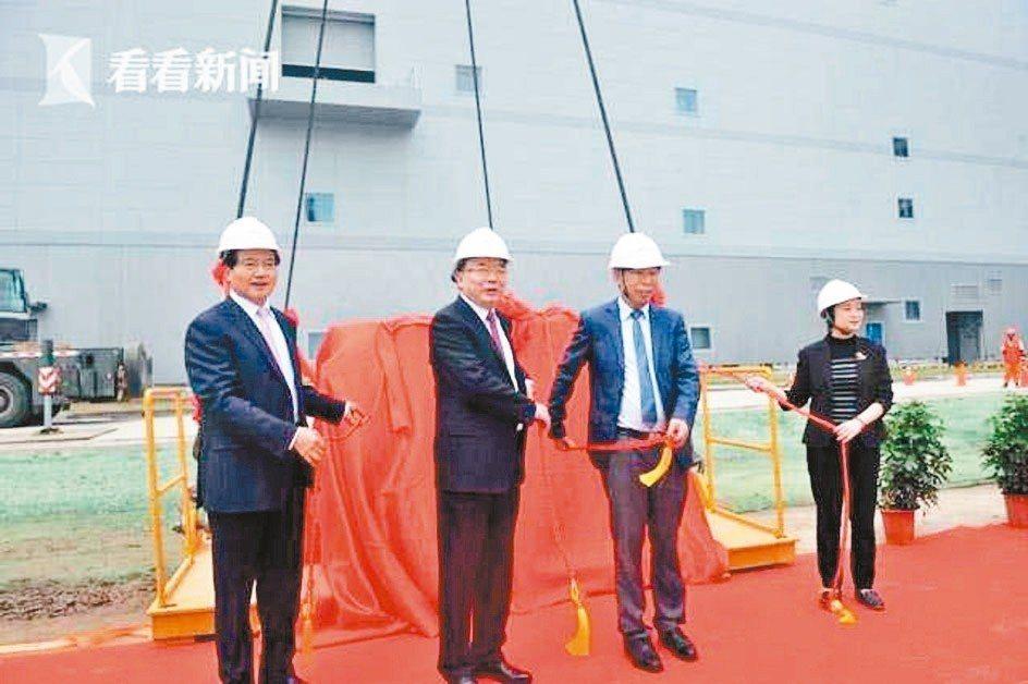 首批曝光機搬入,代表華虹無錫廠建設進入試生產準備階段。 看看新聞