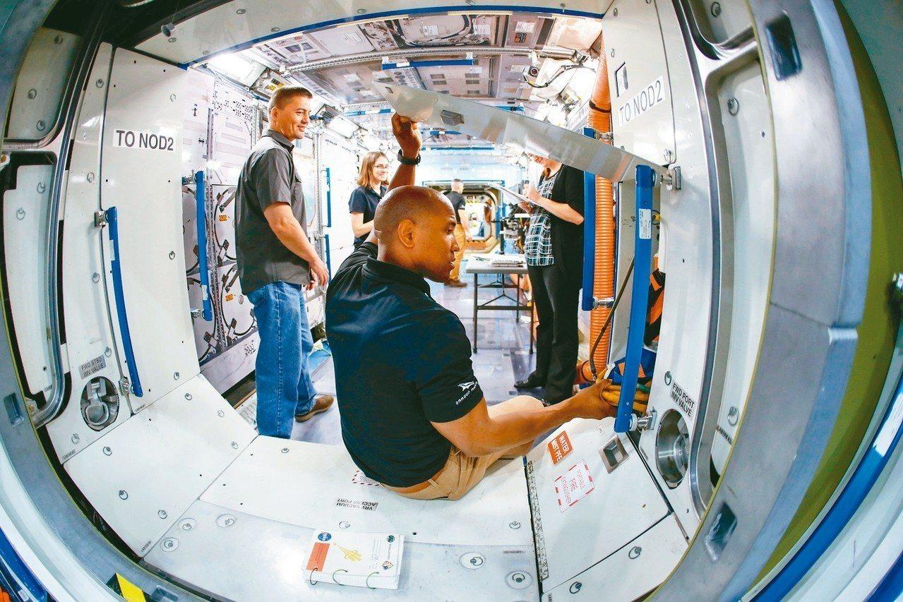圖為德州休士頓詹森太空中心一個模仿國際太空站太空艙的空間。 路透
