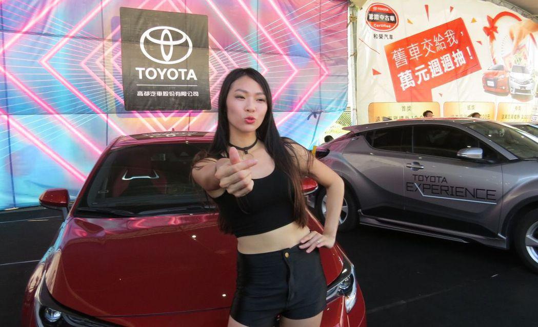 香車配美人,車展現場絕對少不了身材火辣的車模辣妹。 李福忠/攝影