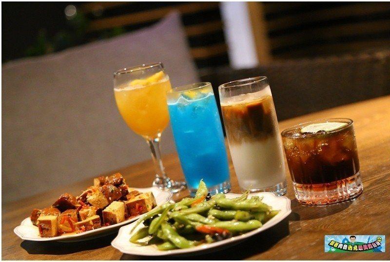 圖/飲料由左至右分別為村却特調、藍色夏威夷、拿鐵及自由古巴,以及毛豆及豆乾。 ...