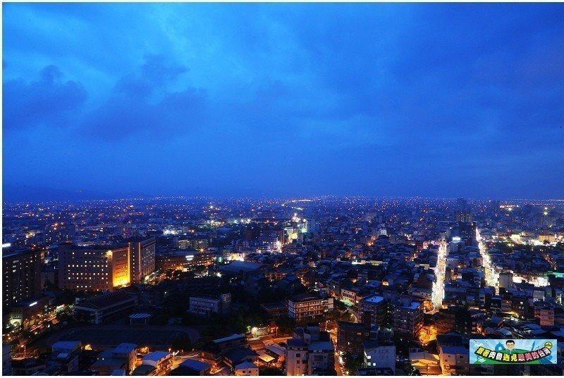 圖/五點多左右的蘭陽平原夜景,華燈初上的景致十分迷人。