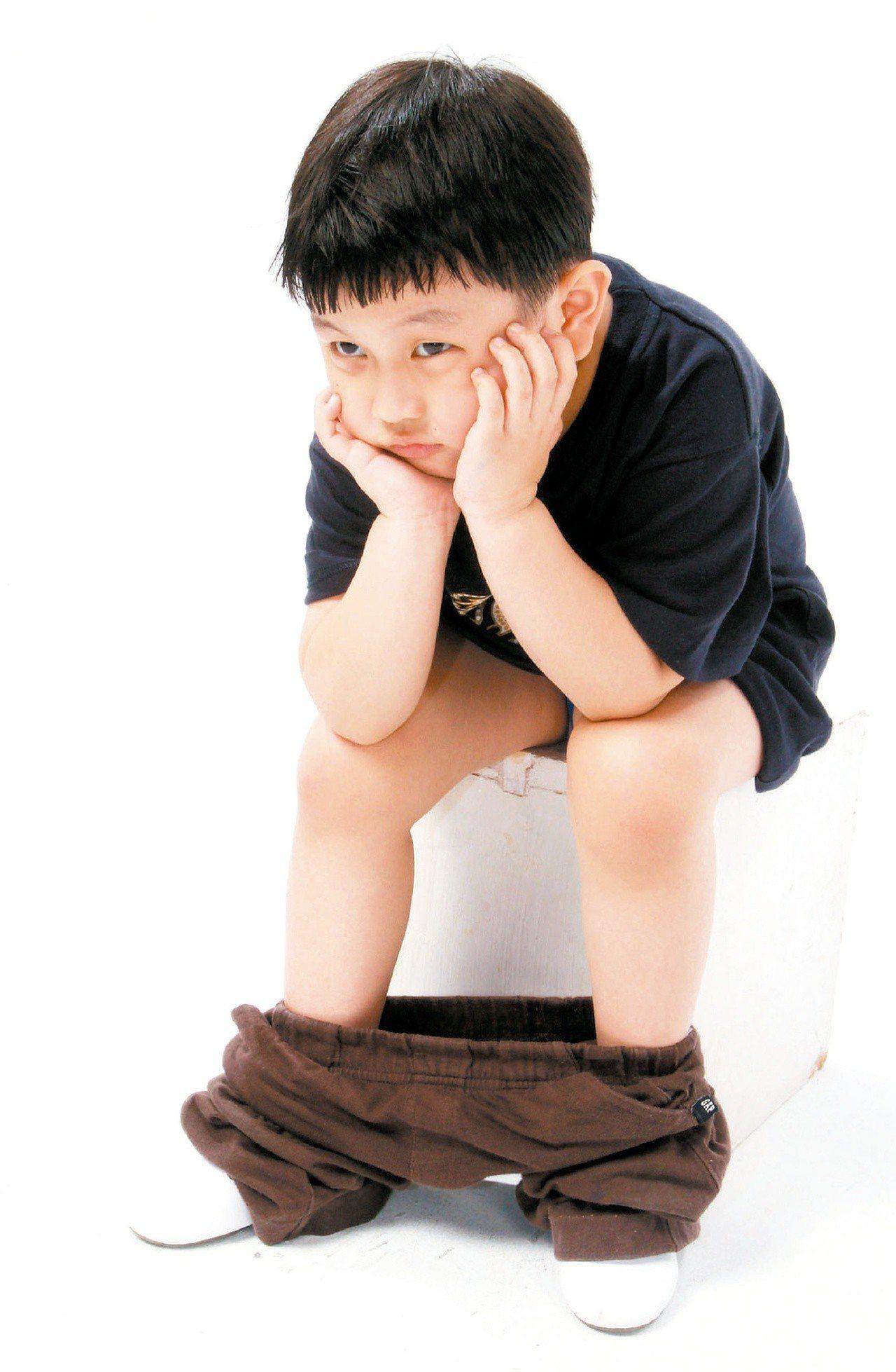 高雄榮總小兒科主治醫師張振宗表示,「10位因腹痛就診的孩子,有一半以上是便秘造成...