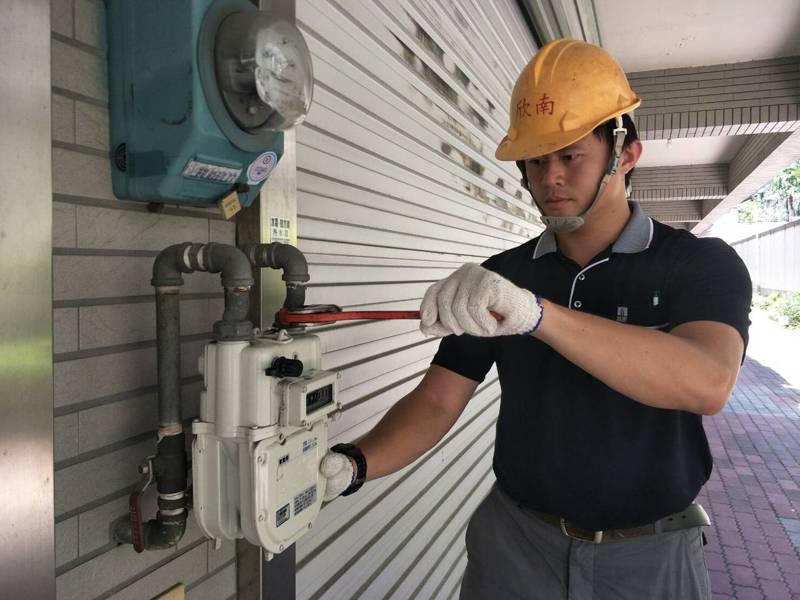 台南市府鼓勵換換裝微電腦瓦斯表,強震時有遮斷等功效,減少災害發生。圖/市府經發局提供