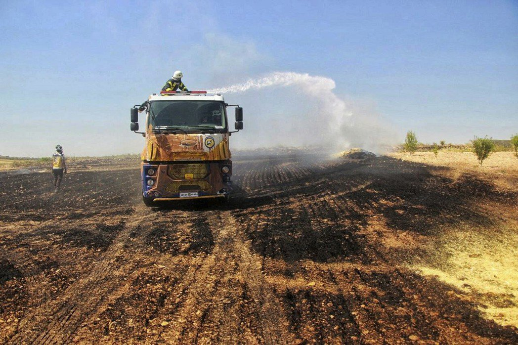 伊斯蘭國報復性「焦土作戰」策略,從五月初以來燒毀上千畝敘利亞及伊拉克土地。圖為敘...