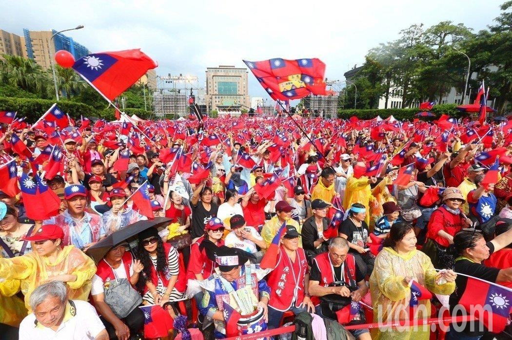 高雄市長韓國瑜今天將在花蓮舉辦全台第二場大型造勢活動,圖為上周在總統府前凱道辦「...