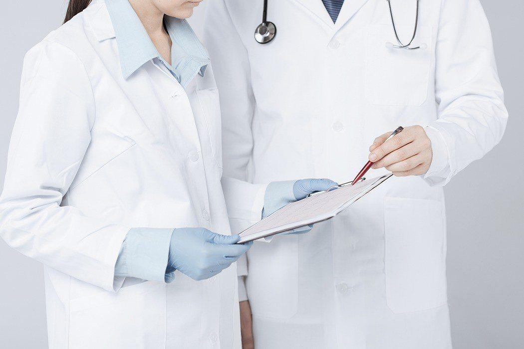 國內醫師表示,白袍代表一種專業形象,假如今天和病人對話未穿白袍,不只形象打折,說...
