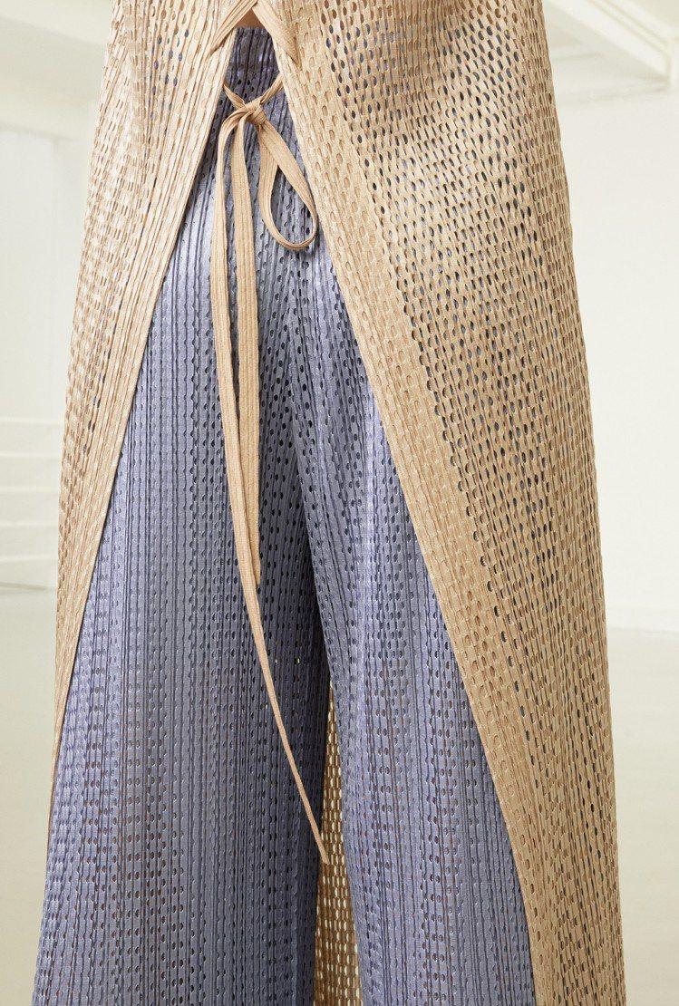 透過大小不一的網眼布料,讓花綻網眼系列展現出布料疊穿的實用。圖/ISSEY MI...