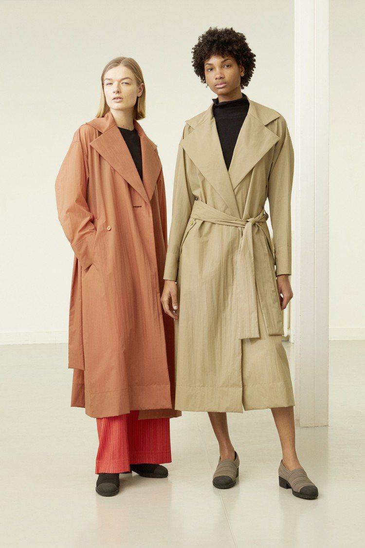 (左)圓領無袖上衣6,300元、寬管褲16,300元;(右)高領長袖上衣7,80...