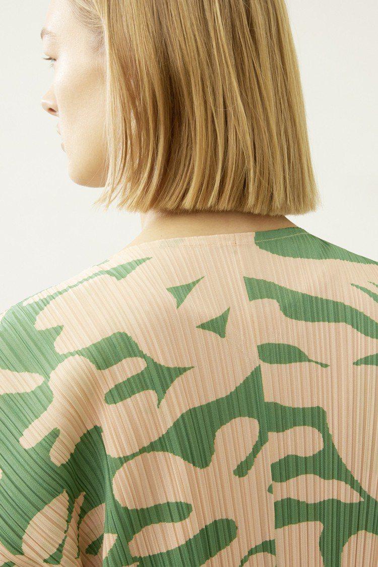 晨露漂浮系列大衣以樹影交織的色彩作為設計,售價26,300元。圖/ISSEY M...