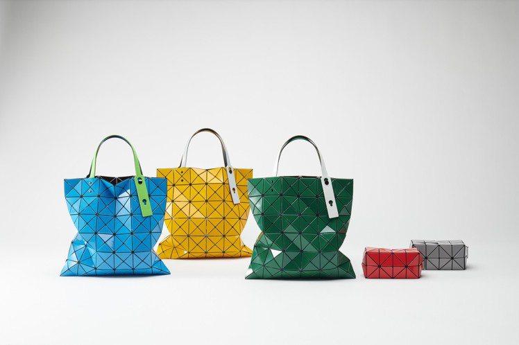 (左)耀彩透光經典包各售13,200元、(右)耀彩透光化妝包各售7,600元。圖...