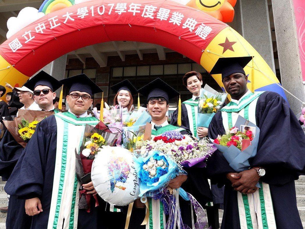 中正大學招收的第一位寮國(前排中)、聖文森學生(前排右一)今年畢業,而在新港國中...