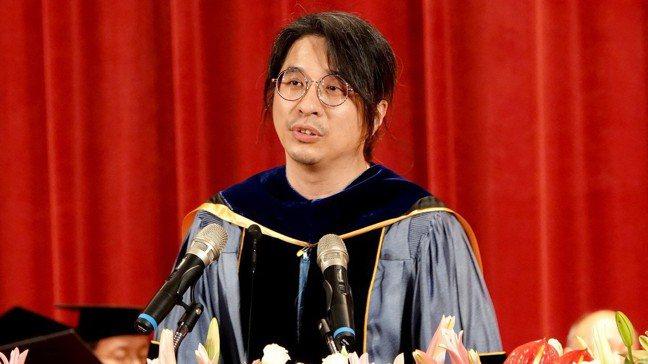 台大電機系教授葉丙成,到中正大學祝福、勉勵畢業生,不要再相信「只要努力一定會成功...