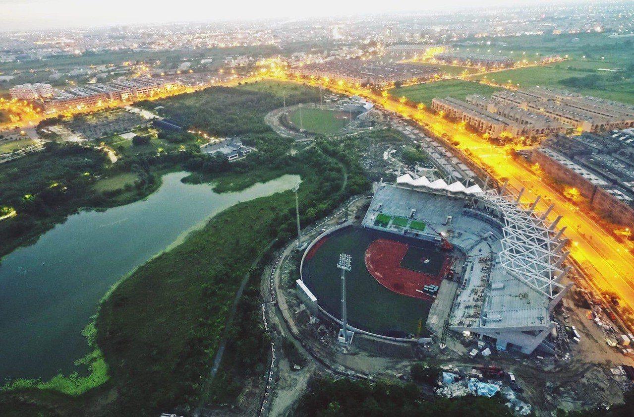 網友EricChang所提供的亞太國際棒球訓練中心少棒主副球場空拍圖。圖/擷取自...