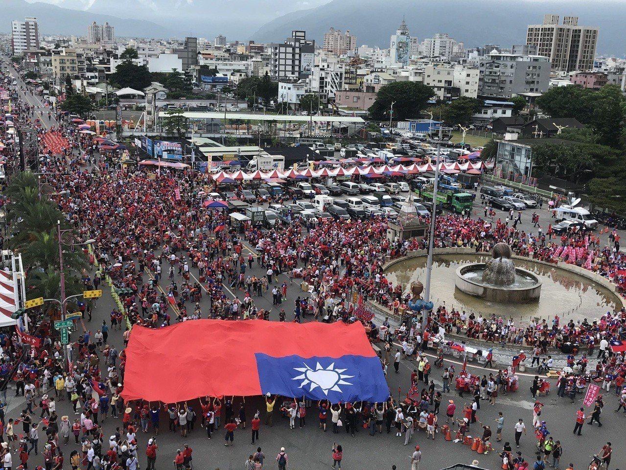 許多韓粉已湧入韓國瑜造勢會場,現場大國旗已經攤開在會場傳接,氣氛熱烈。記者王燕華...