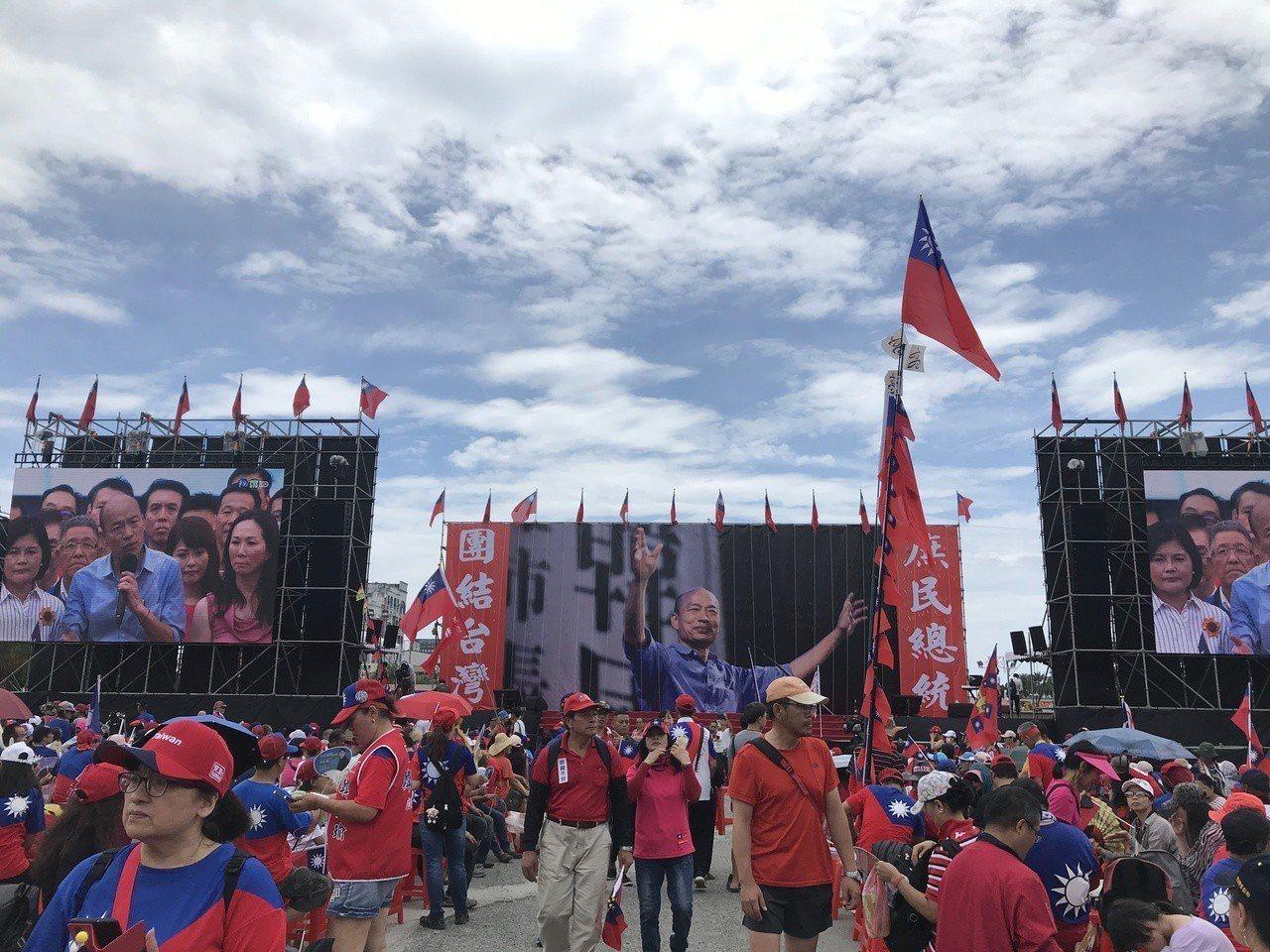許多韓粉已湧入韓國瑜造勢會場,包括台南市議員謝龍介、藝人熊海靈都到場。記者王思慧...