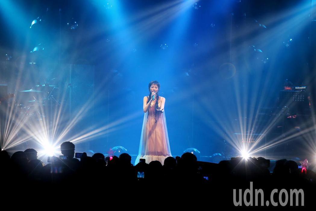 邵雨薇舉辦讚聲演唱會,新歌經典歌連發,台下歌迷也跟著唱。記者曾原信/攝影
