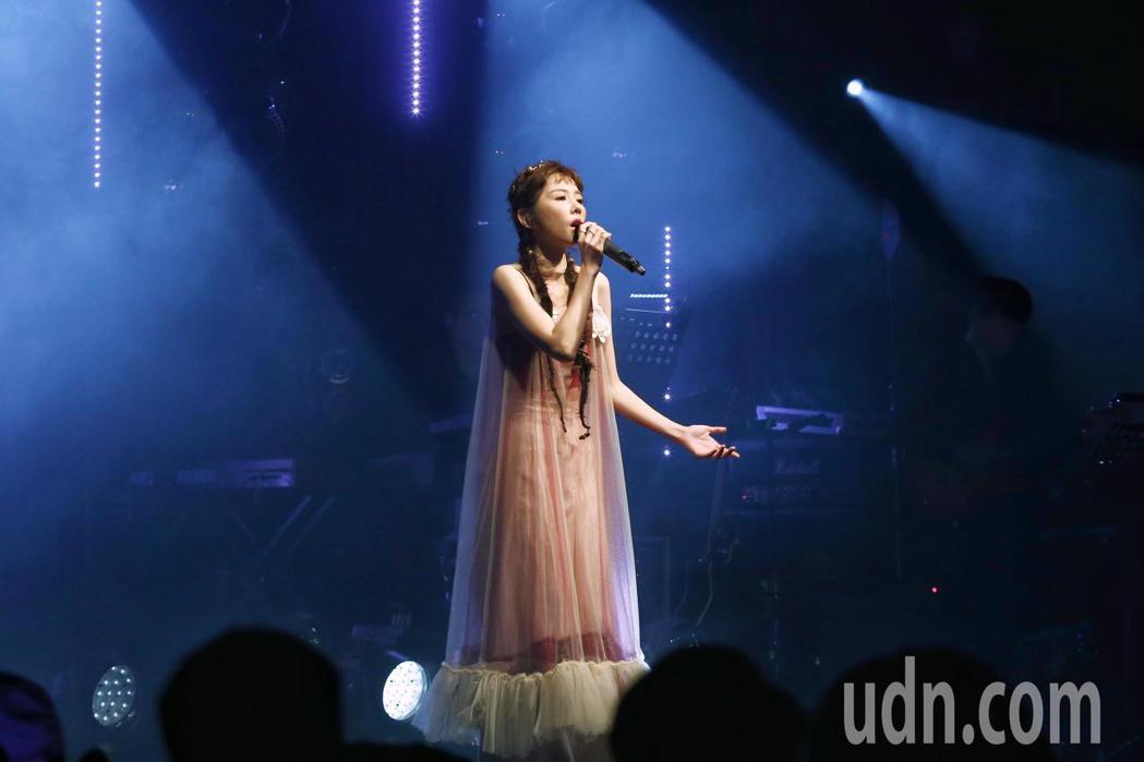 邵雨薇舉辦讚聲演唱會,新歌經典歌連發,以歌曲微雨開頭。記者曾原信/攝影