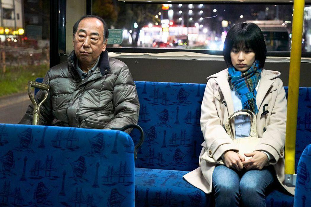 岸部一德與木龍麻生飾演爸爸與妹妹。圖/捷傑提供